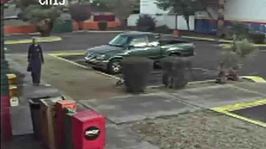 Según la Policía de Phoenix la mujer entró al Restaurante mexicano Los Toritos, e inició un incendio