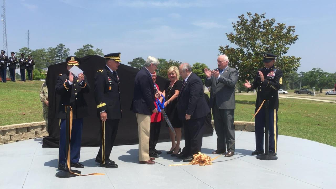 Gov. Phil Bryant and Gold Star family members helped unveil a memorial to honor the families who lost loved ones to military service.