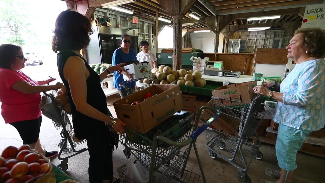 Synagogue members glean food