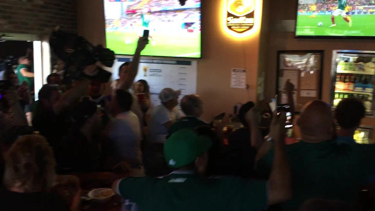 Mexicanos en Phoenix celebran el gol de Corea del Sur que metía al Tri a 8vos de final de Rusia 2018, en el restaurante Native Grill de Laveen, AZ