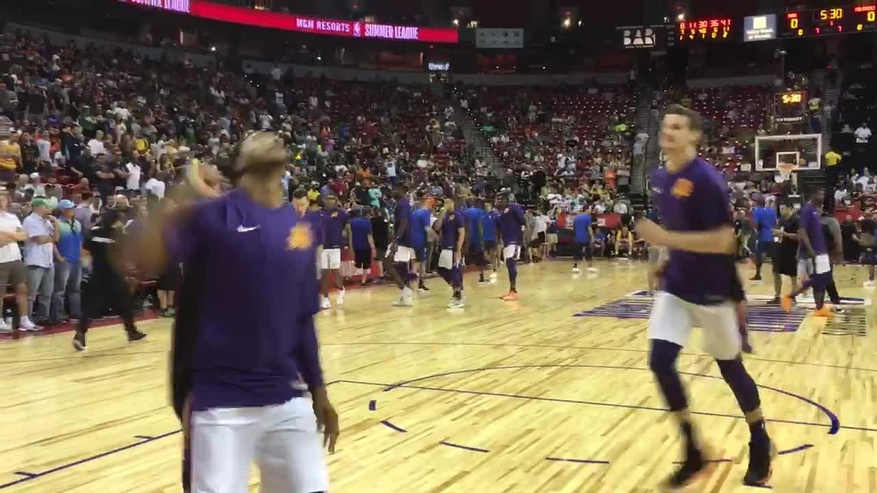 Deandre Ayton and the Suns warm up before a game against the Mavericks in summer league.