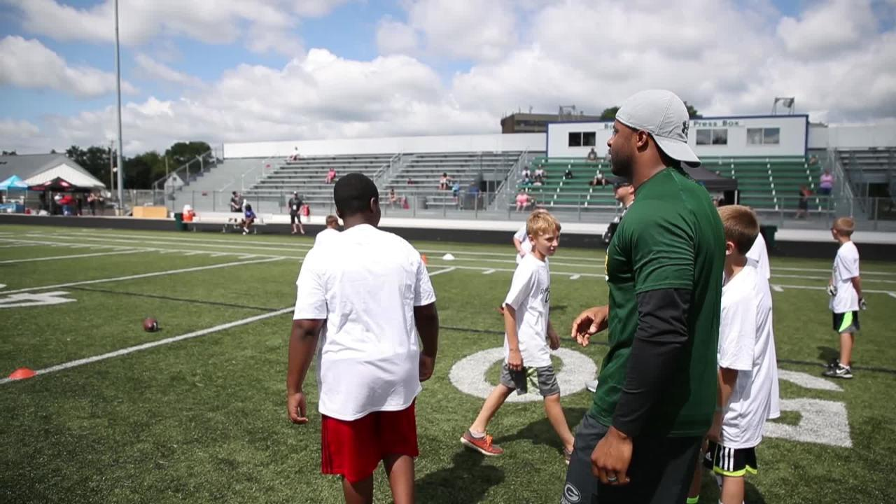 Packers receiver Randall Cobb hosts youth football camp in Green Bay