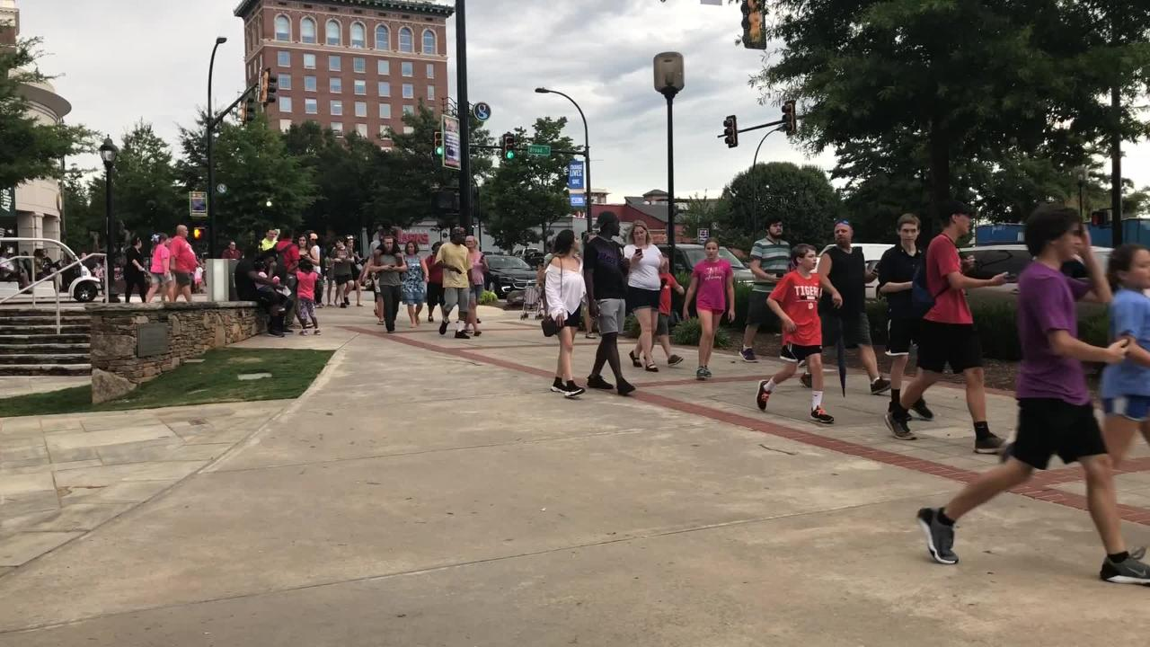 It was truly a mad dash for cash Tuesday night as more than a thousand people flocked downtown for Breakout's cash scavenger hunt.