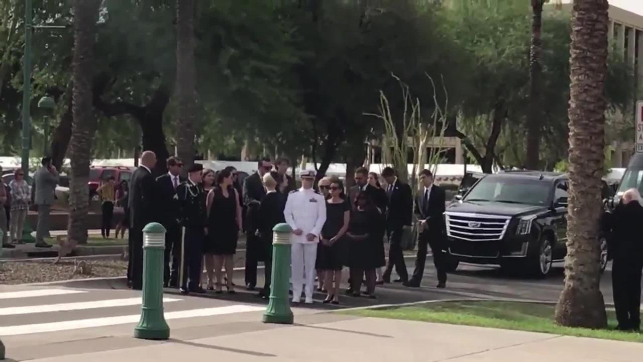 Cindy McCain y su familia acompañan el cuerpo del senador, a la salida del Capitolio Estatal de Arizona.