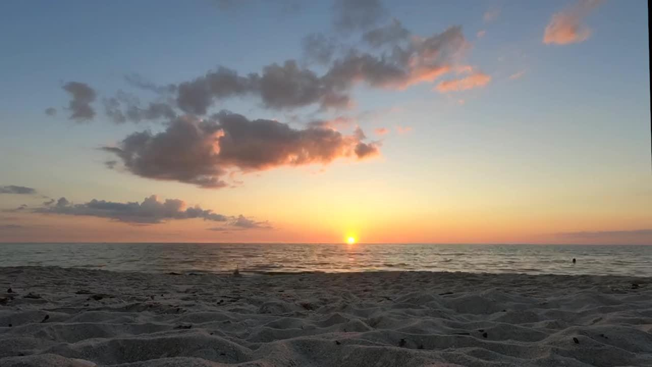 Composited with 405 photographs that shot in a ten-second interval, the video captures the sunset view of Vanderbilt Beach in Naples.