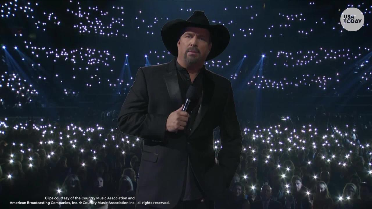Garth Brooks called for a moment of silence for the Thousand Oaks shooting victims at the 2018 Country Music Association Awards.