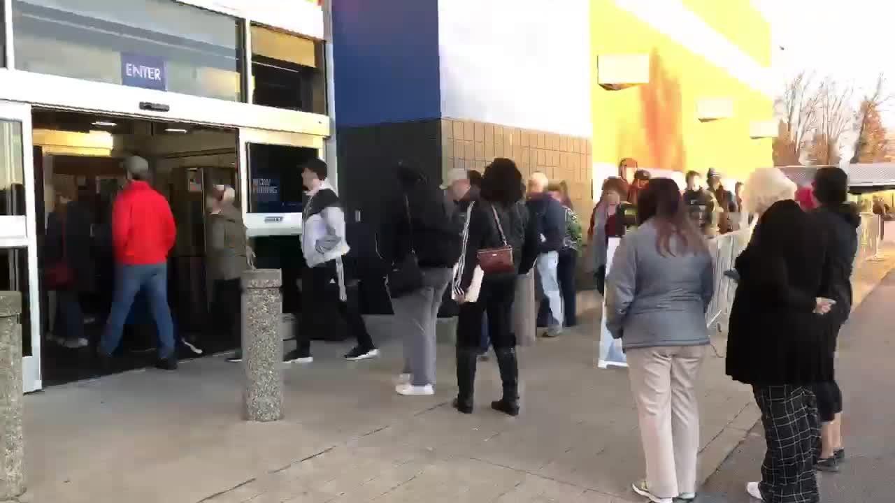 Watch as crowds file in to Best Buy in St. Matthews on Black Friday 2018 in Louisville.