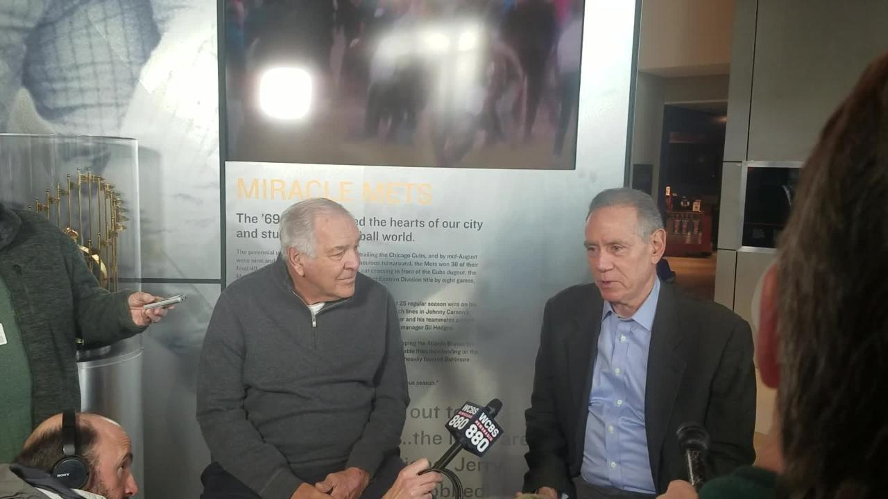 Ed Kranepool (l) and Art Shamsky (r) discuss the 1969 title team