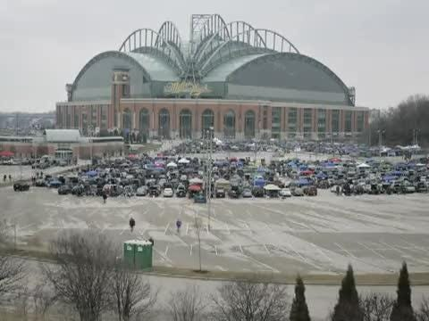 See a timelapse of Miller Park's parking lot filling up with tailgating fans before the Brewers' home opener.