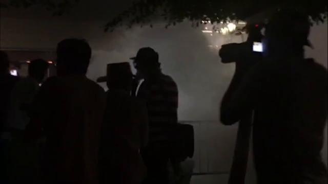 Después del discurso de Trump, afuera del Centro de Convenciones de Phoenix policías arrojaron gas pimienta a manifestantes.