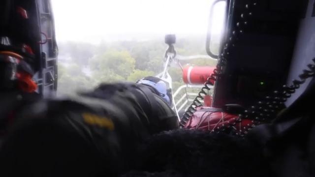 Guardacostas en Texas rescatan personas que se quedaron varadas en las inundaciones provocadas por el huracán Harvey.
