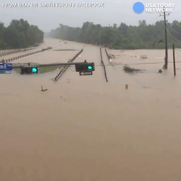Las intensas lluvias provocadas por 'Harvey' han convertido en ríos las calles en Houston, Texas.