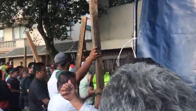 Rescatistas y voluntarios trabajan