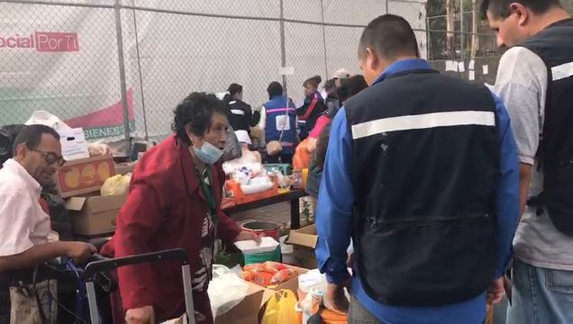 Mujer ofrece comida a rescatistas