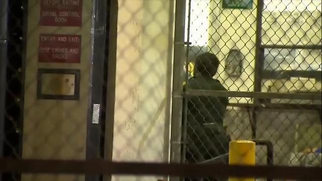 Nikolas Cruz, el joven sospechoso de la masacre ocurrida en una escuela en Florida, en la que murieron 17 personas, es trasladado a la cárcel