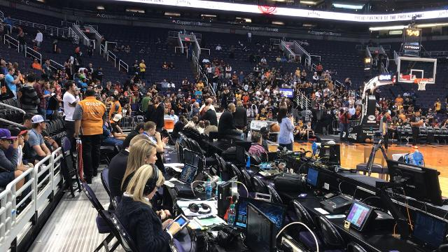 Fans arrive early to Cavaliers shootaround in Phoenix