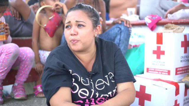 """A pie o pidiendo un """"ride"""", más de mil migrantes centroamericanos atraviesan estos días México rumbo a Estados Unidos en una caravana que este año ha multiplicado sus participantes debido a la delicada situación que vive Honduras."""