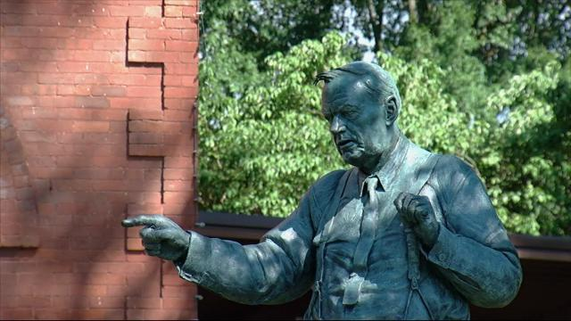 Statue of 'Scopes monkey trial' lawyer unveiled