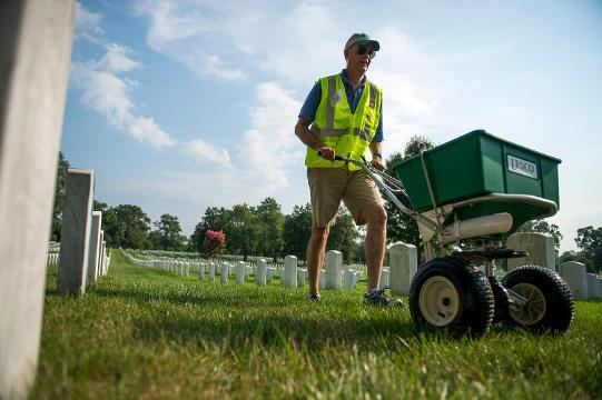 Volunteers beautify Arlington National Cemetery