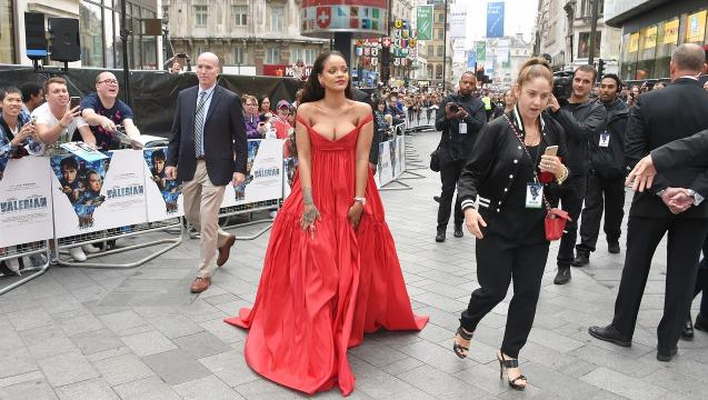 Rihanna stuns at London premiere