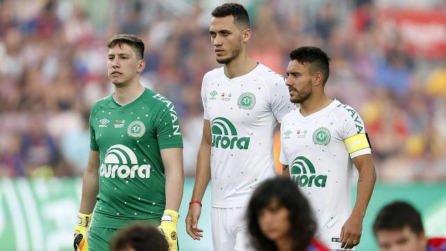 Barcelona crowd gives Chapecoense crash survivor a standing ovation