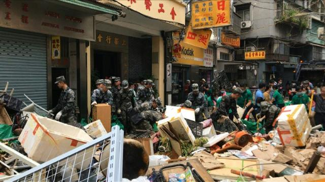 Chinese soldiers clear debris in typhoon struck Macau
