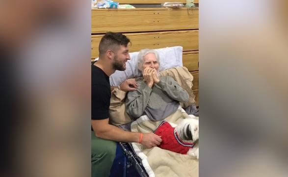 Tim Tebow meets World War II vet after Hurricane Irma