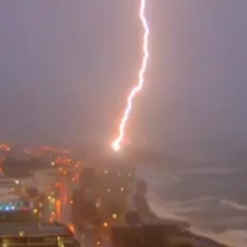 Watch massive lightning bolt strike iconic sculpture