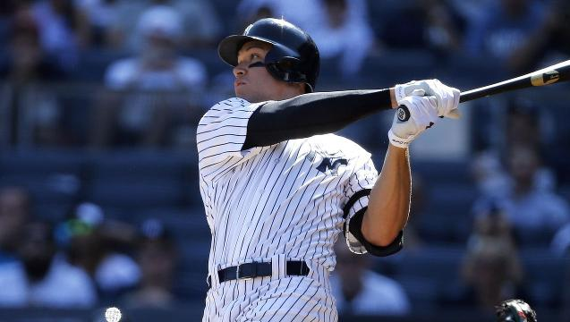 Judge breaks rookie home run record