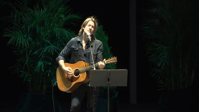 Keith Urban pays tribute to Vegas victims