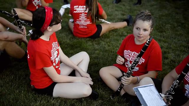 Teen gives up role in marching band to be friend's 'eyes'