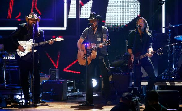Luke Bryan, Common and Keith Urban remember the Vegas shooting victims and praise their fans on the red carpet at the CMT Awards in Nashville. (Oct. 19)