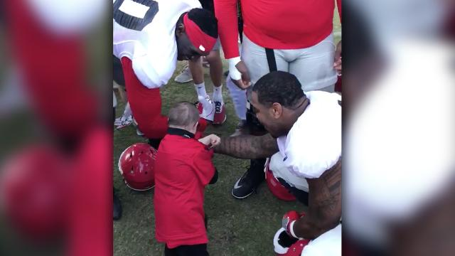 Man with dwarfism impresses football players with his push ups