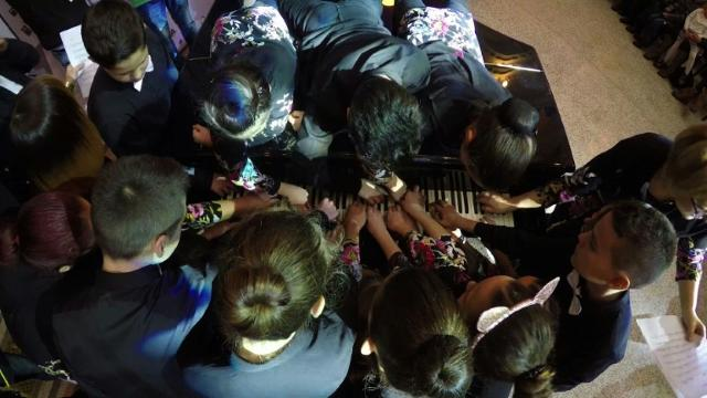 20 Bosnian hands on one piano set new world record Video provided by AFP