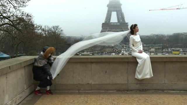Valentine's Day in Paris: Lovers flock to the city of love