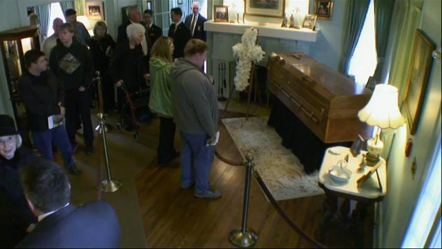 Public pays respects to late Billy Graham in N.C.