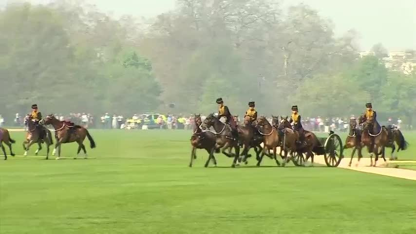 Special gun salutes were staged close to London's iconic Tower Bridge and in Hyde Park on Saturday to mark Queen Elizabeth II's 92nd birthday. (April 21)