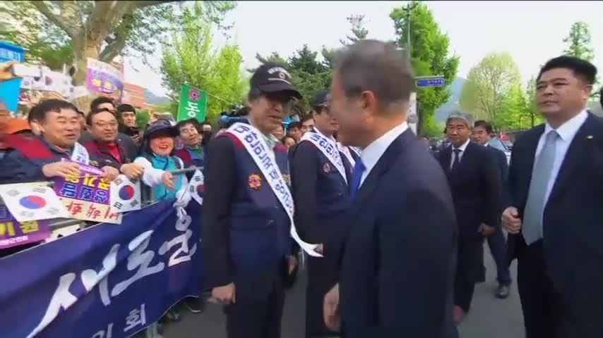 South Korean President Moon Jae-in departed his office in Seoul on Friday, heading towards the Demilitarized Zone for historic talks with North Korean leader Kim Jong Un. (April 27)