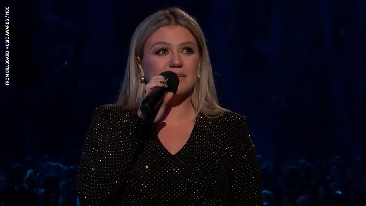 Newbo Evolve: Kelly Clarkson is positively herself at Iowa concert
