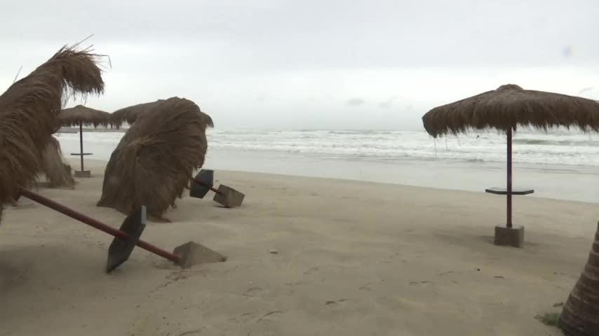 Cyclone Mekunu neared the Arabian Peninsula on Friday as its outer bands dumped heavy rain and bent palm trees in Oman. At least 40 people were reported missing on Socotra, where flash floods washed away thousands of animals and cut power lines. (May 25)