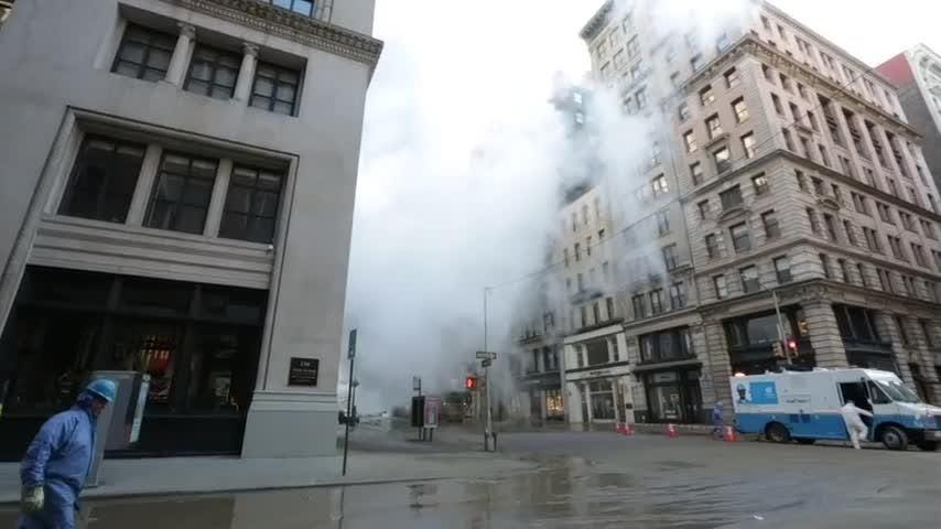The Fire Department of New York says a massive high-pressure steam leak has caused street closings in Manhattan's Flatiron District. (July 18)