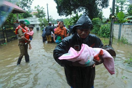 Torrential rains continue to batter the southern Indian state of Kerala for the seventh day in a row, causing widespread flooding and landslides that have led to the deaths of at least 67 people.
