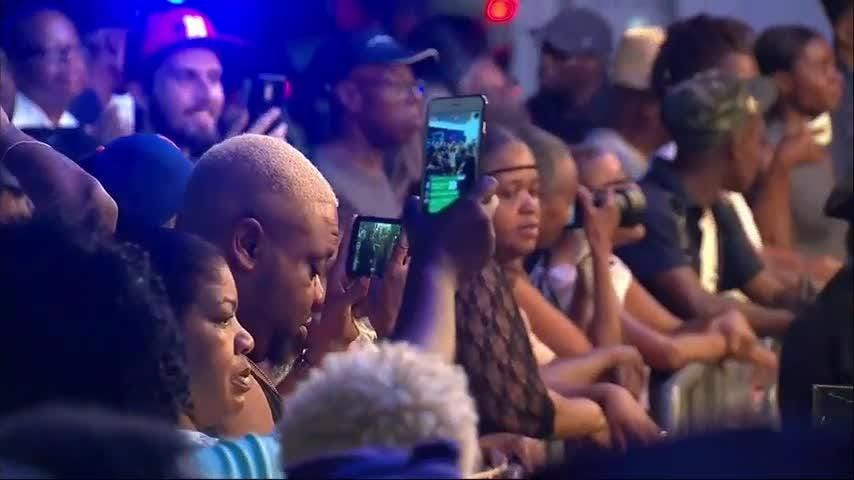 Fans gathered outside New York's famed Apollo Theater to remember Aretha Franklin. The singer known as the Queen of Soul died on Thursday at the age of 76. (Aug. 17)