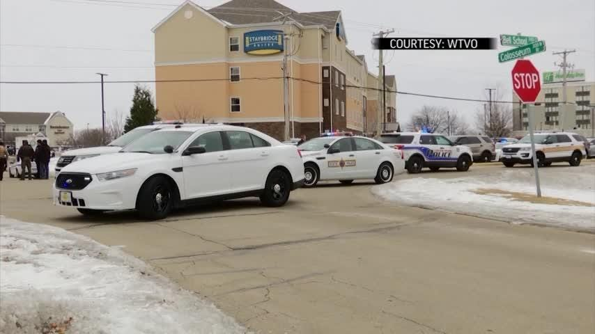 Gunman fled Illinois hotel after shooting officer