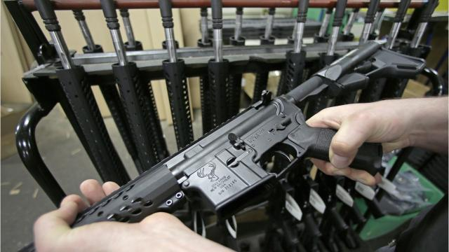 Recent mass shootings in the US have one thing in common: the AR-15. This weapon has become increasingly popular in the US. In part because the 1994 federal weapons ban expired in 2004.