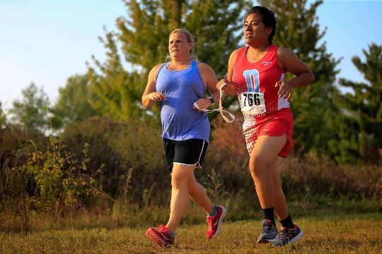This blind Iowa high school runner's courage is inspiring her teammates