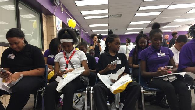 2,000 Detroit freshmen to get free cell phones