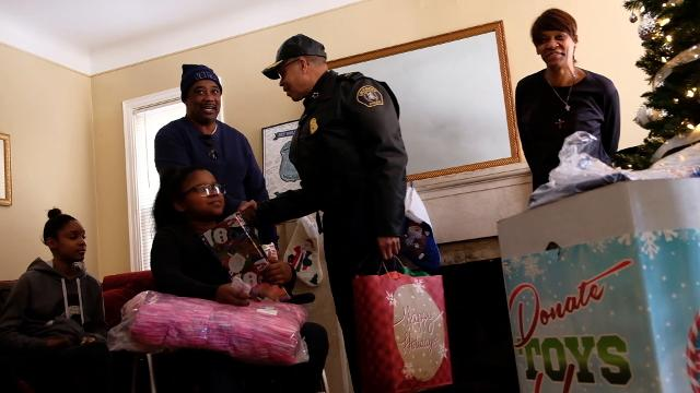 Detroit police helps deliver Christmas gifts