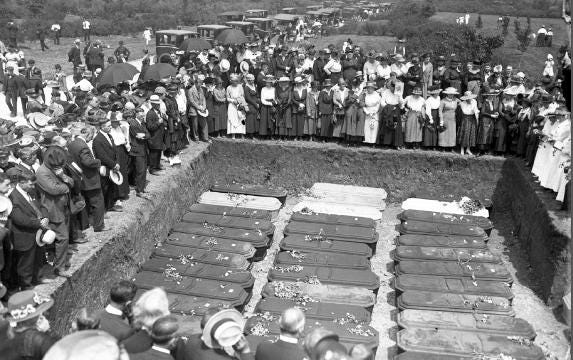 The Showmen's League Of America commemorates the 1918 Hagenbeck-Wallace Circus train disaster which killed 86 circus performers and roustabouts and injured 127, at Showman's Rest in Wood Lawn Cemetery in Forest Park, Ill., on Thursday, May 5, 2018.