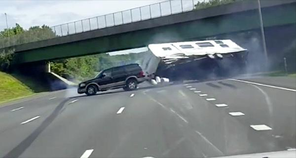 Trailer overturning on Parkway caught on video